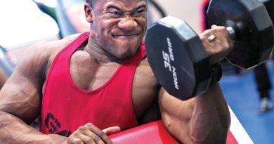 homem executando exercício de bíceps